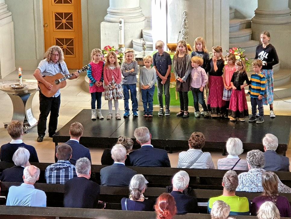 Ueli von Allmen singt mit den SchülerInnen das Lied Tächa
