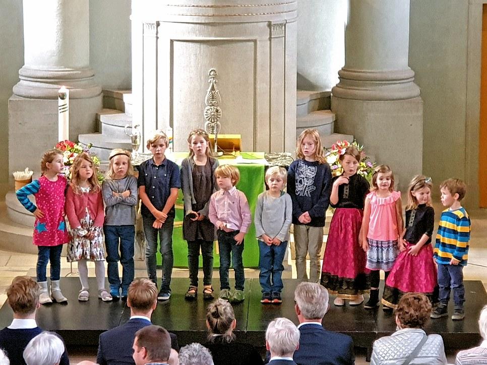 Die SchülerInnen der Erlebniskirche Frutigen singen das Friedenslied