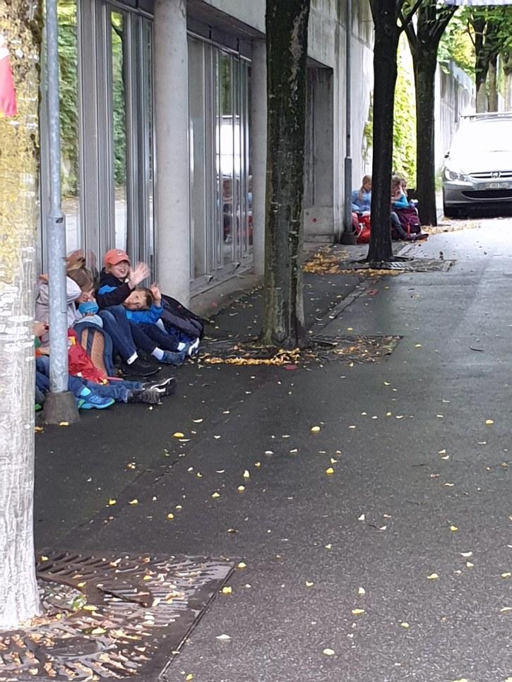 Die SchülerInnen der Grundacherschule Sarnen am Warten