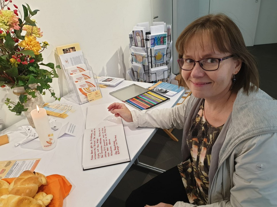 Sirpa Rajasärkkä, Finnische Botschaftssekretärin schreibt ins Gästebuch für Tarina