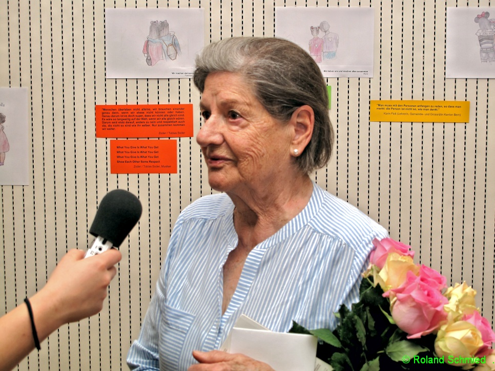 Käti wird für ihre Kochkünste während der Weltfriedenswoche geehrt