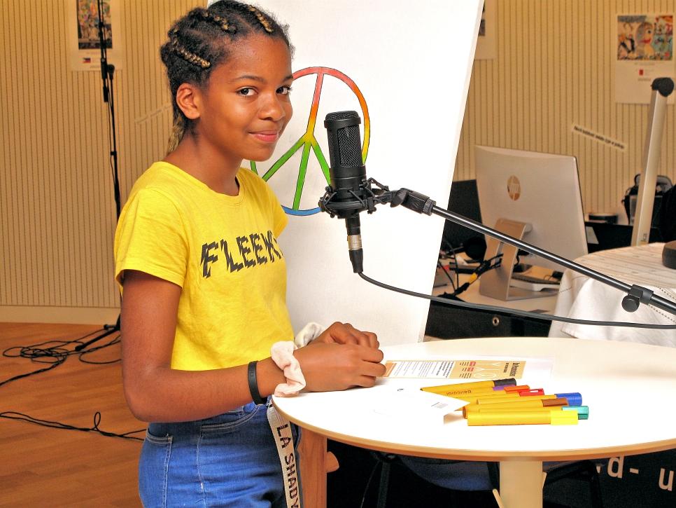Chidera am Mikrofon mit der wichtigen Mitteilung zum Friedenszeichen