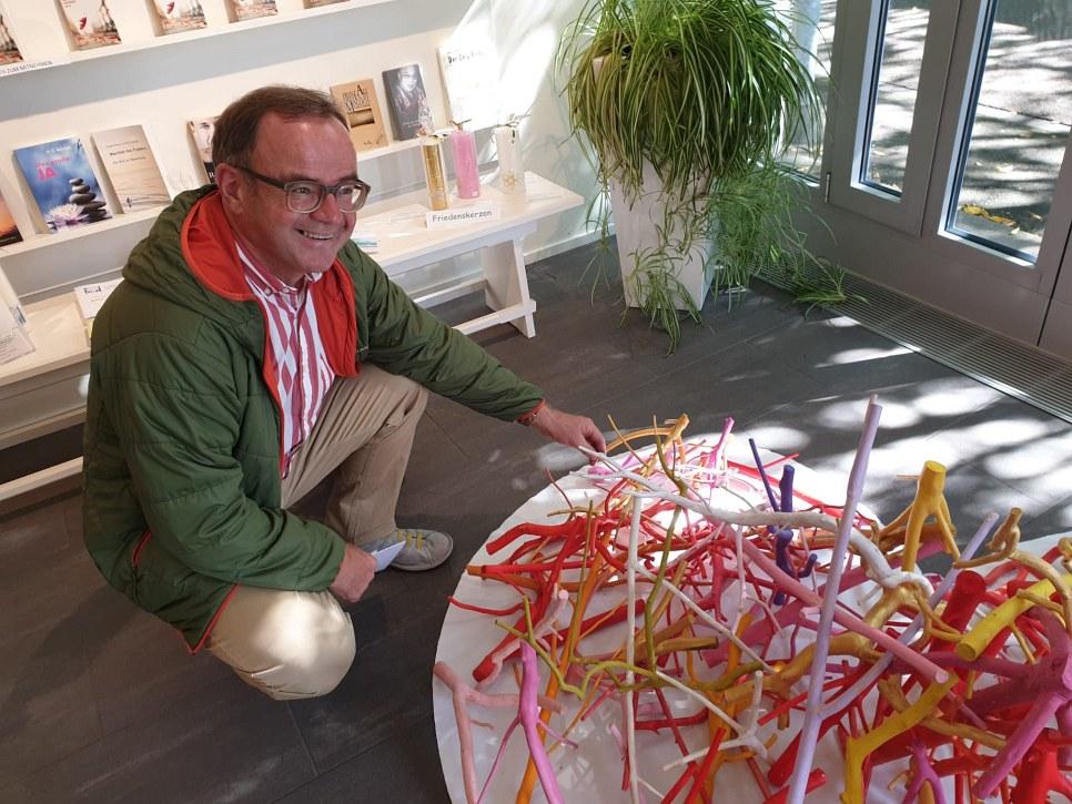 Bruno Bieri hilft mit am Friedensherz bauen
