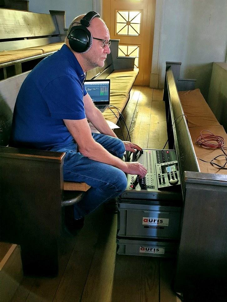 Walter Reinhard von Auris bereitet die Technik zur LIVE Übertragung vor