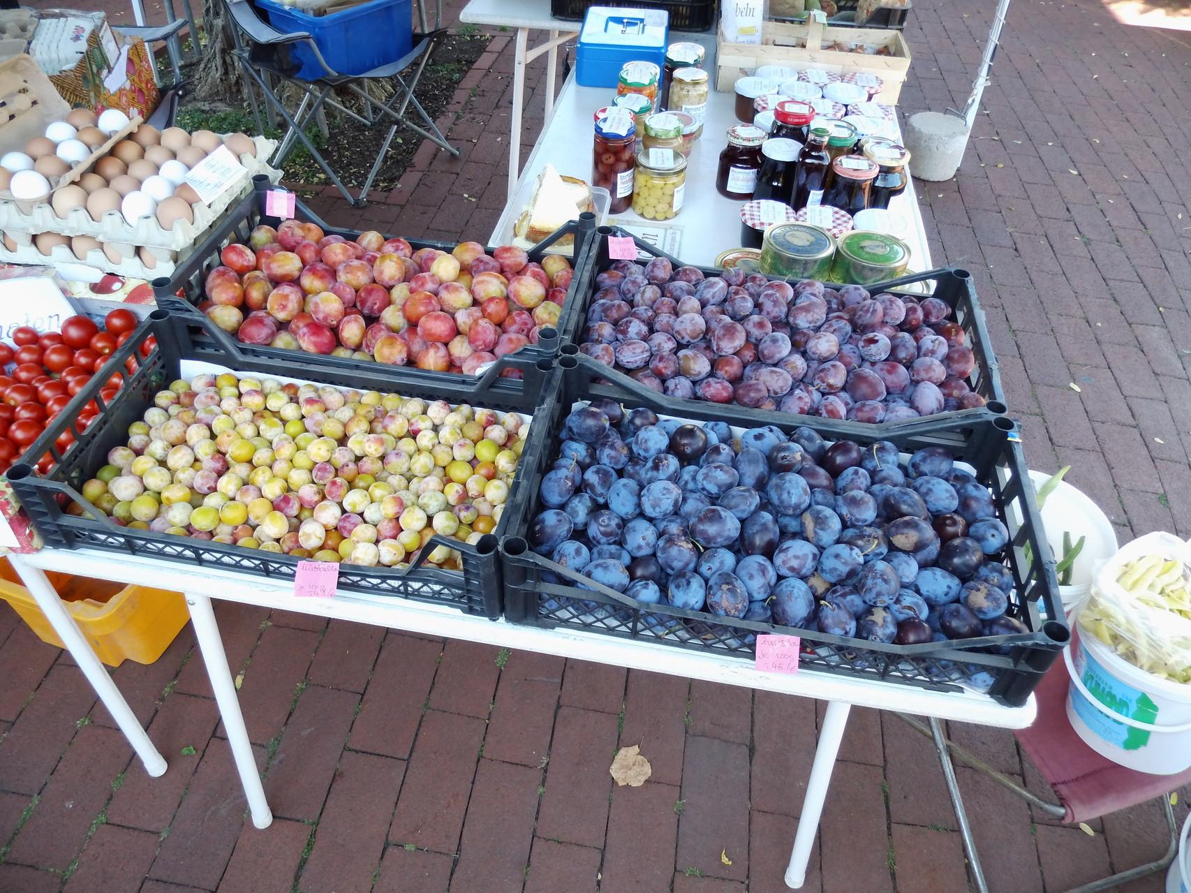 Marktstand mit eigenem Obst