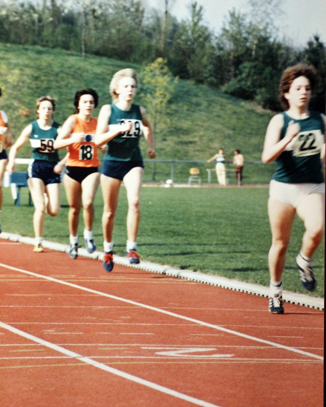 Vorne Evi Schaller, gefolgt von Claudia Pfänder und Marita Hirle (links, Nr. 59) beim Siebenkampf 1984.