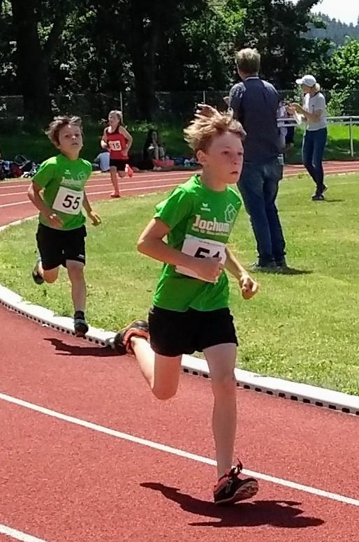 David und Moritz beim 800m-Lauf