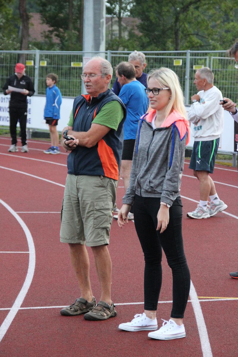 Coach Franz und Sarah unterstützen Felix und Simon in ihrem Rennen