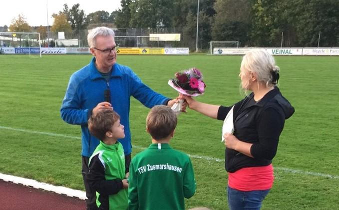 Abteilungsleiter Reinhard Kindig überreicht Bettina Beckert zum Abschied ein Dankeschön für ihre jahrelange Trainertätigkeit.