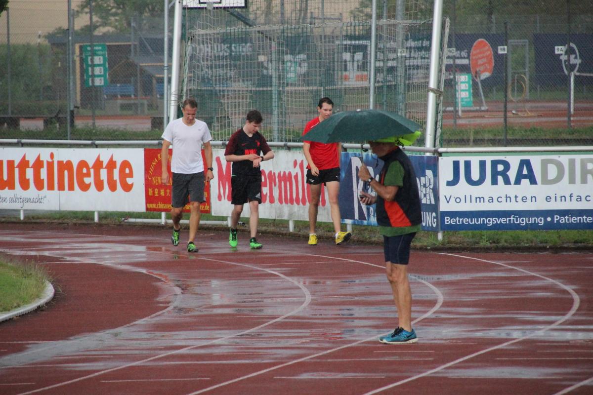 Der Trainer mit Regenschutz