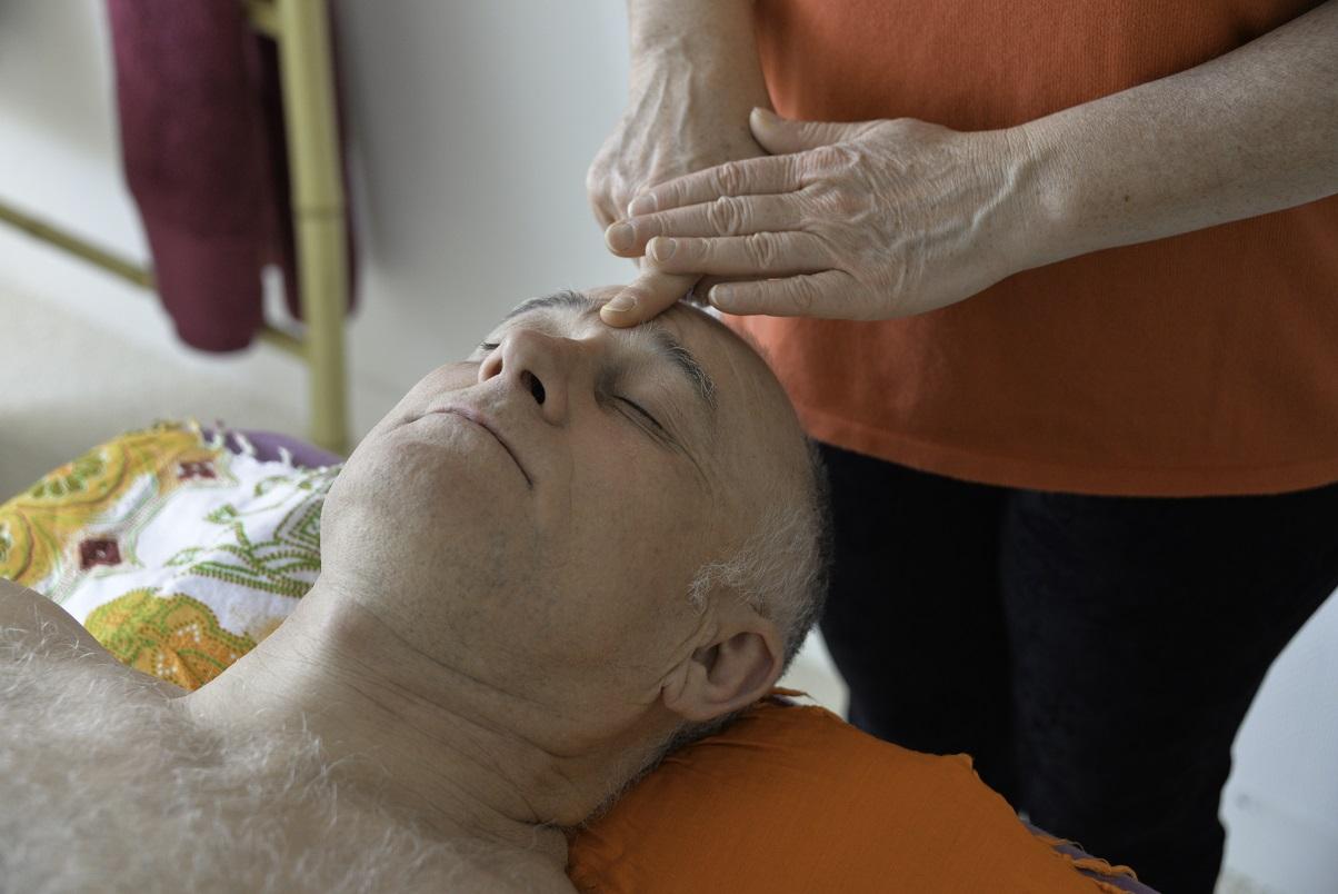 Un accompagnement verbal pendant la réflexologie faciale permet de se détendre encore davantage