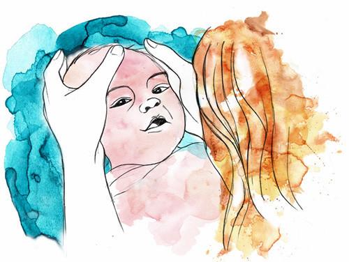 Massage bébé Nantes : une maman penchée sur son bébé lui demande la permission de le masser