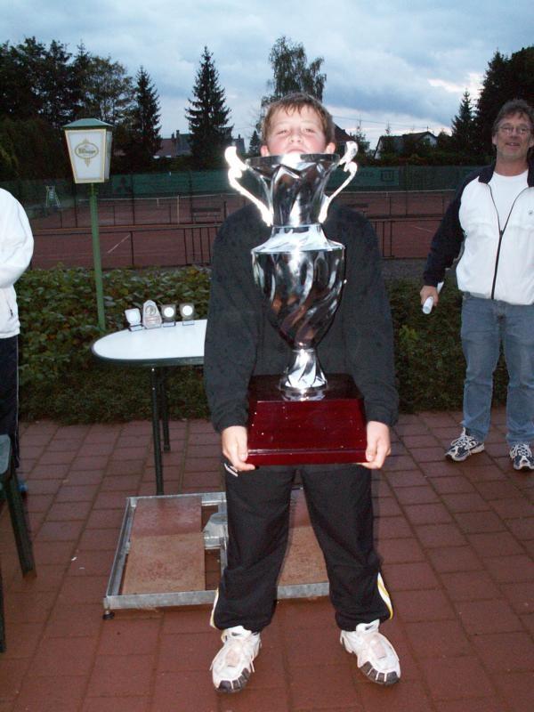 Jonas Fischer mit Pokal Jugend-Großgemeindemeisterschaft 2005