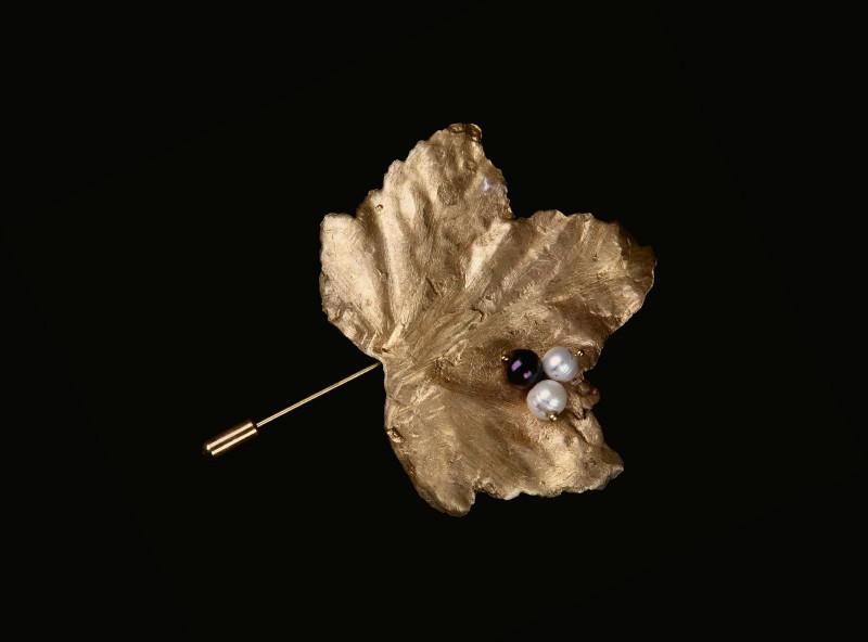 Broşa frunză de coacăz, bronz şi perle