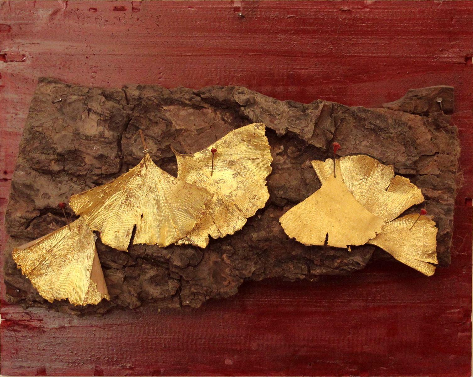 Fară titlu. Feuilles de gingko dorées à  l'or sur liège et bois. 26 x 33 cm