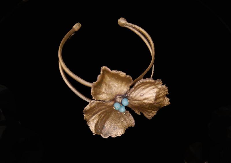 Brăţară floare de hortensie, cupru aurit şi peruzele