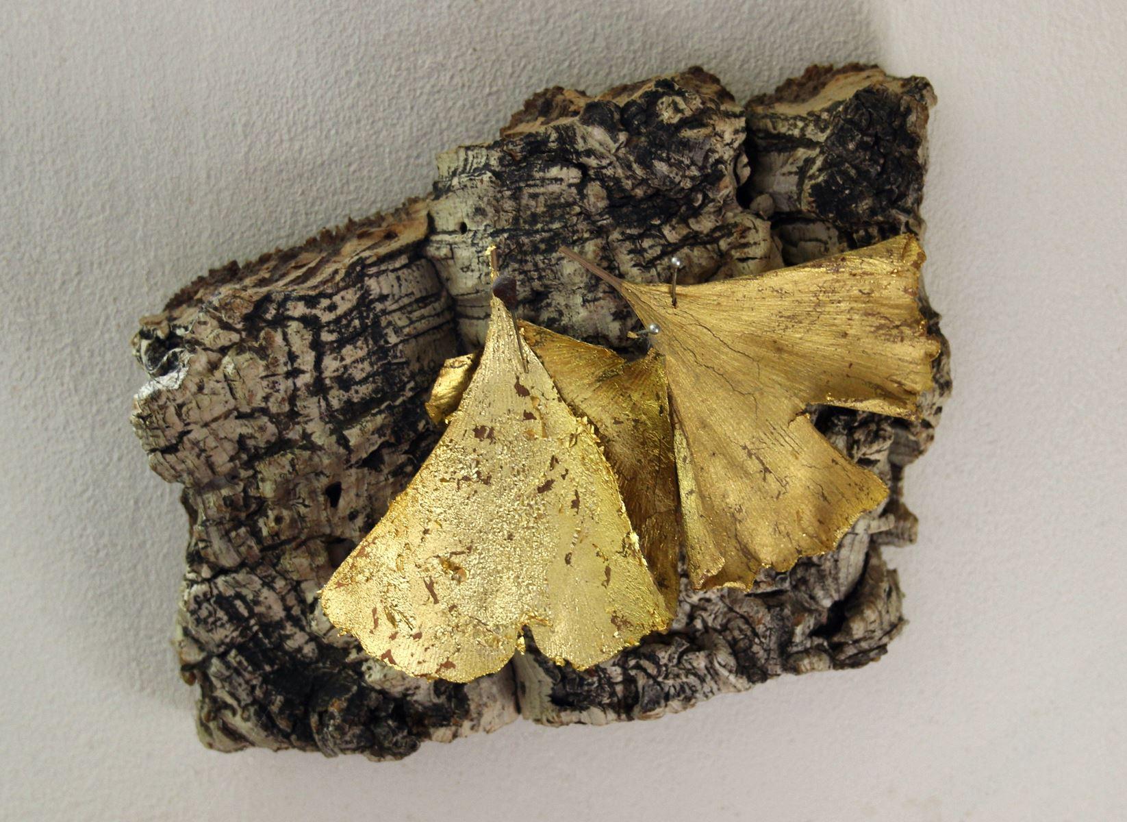 Sans titre. Feuilles de gingko dorées à  l'or sur liège. 17 x 13 cm