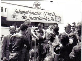 Siegerehrung 1963 250cc-Klasse:Tommy Robb und Ernst Degner m.Familie