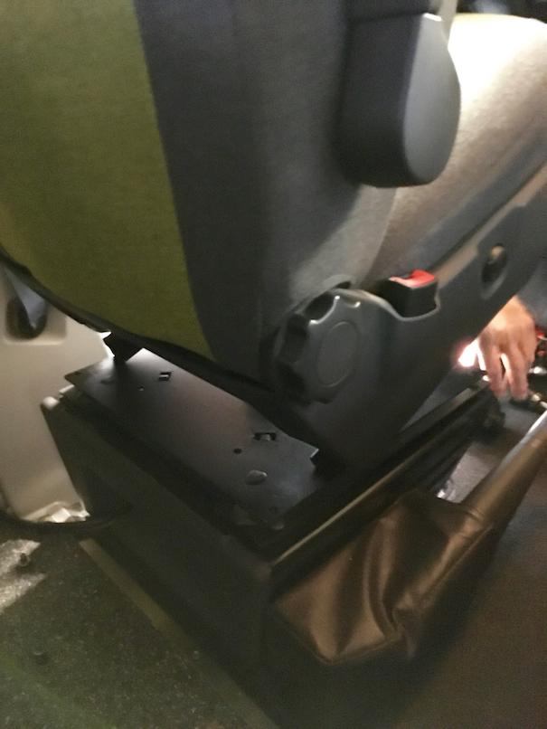 Der VW Sitz wird mit vier Schrauben auf dem Drehteller von Sportscraft befestigt. Dieser wiederum sitzt auf dem Schemel.