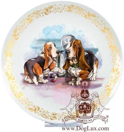 Сувенирная тарелка с изображением бассет-хаундов. Фарфор.