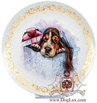 Сувенирная тарелка с изображением щенка бассет-хаунда. Фарфор.