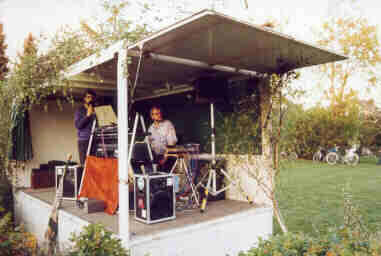 Die Ladefläche eines Getränkelastwagens diente als erste Bühne.