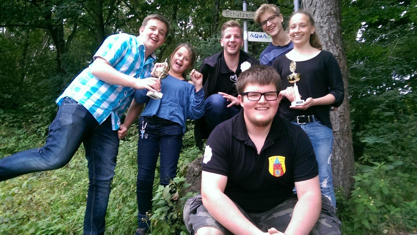 Die Jugend beim Unterkreisschießen in Egestorf nach der Siegerehrung