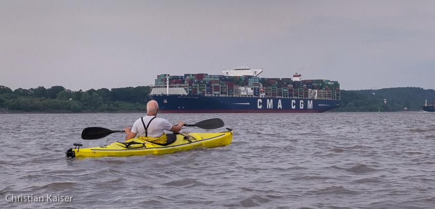 Ein dicker Pott, das Containerschiff der CMA von 400 Meter Länge kommt Uwe, meinem Paddelkollegen entgegen.