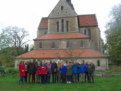 Beeindruckt von Klosterkirche und Klostergarten Riddagshausen stellt sich die Gruppe auf zu einem Erinnerungsfoto. Foto: WGV