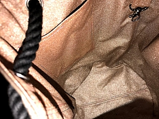 Nur zur Info, ich hatte zuerst eine dunkele Kordel und kleinere Ösen verwendet, aber im nachhinein habe ich dann doch die größeren Ösen und die helle Kordel verarbeitet. Ich war jetzt etwas zu faul, meine Bucket Bag auszuräumen....