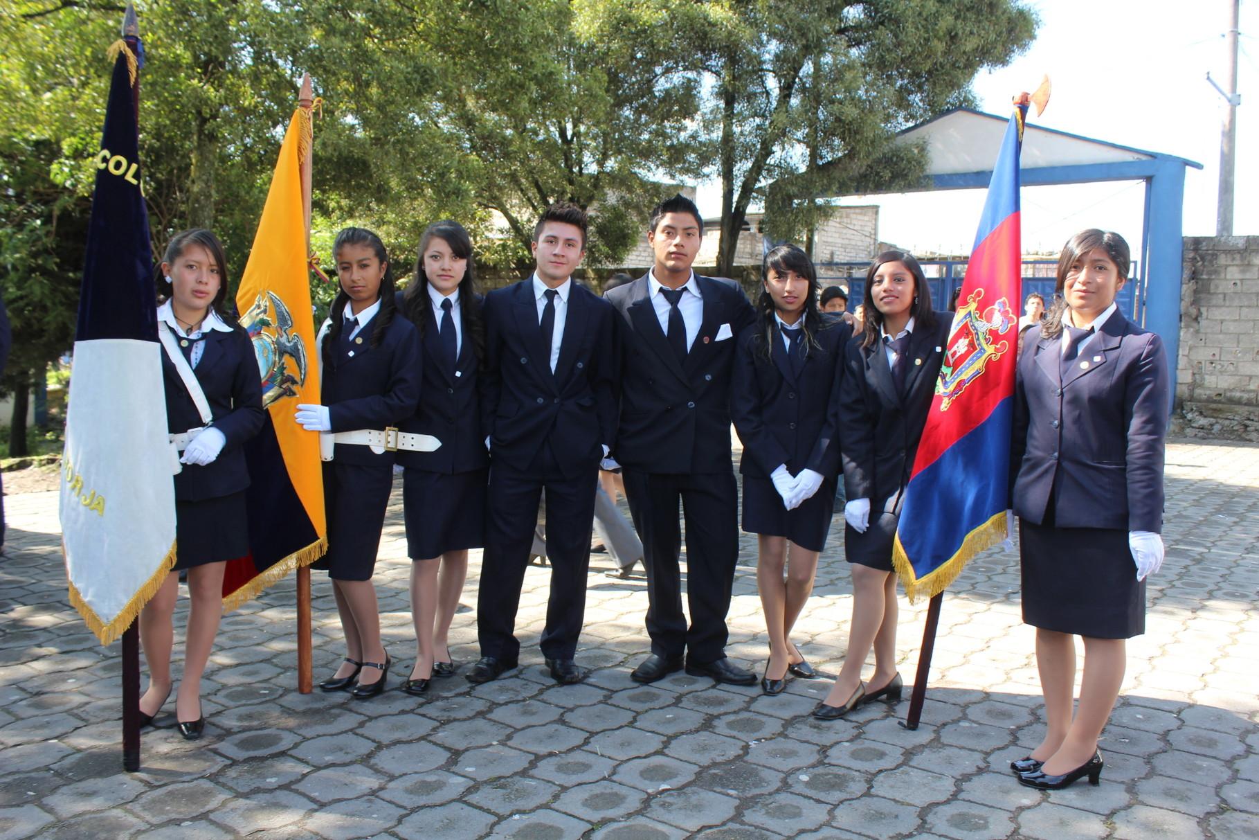 Las Abanderadas y escoltas de los Pabellones Nacional, Estandarte de la Ciudad y Estandarte del Colegio.