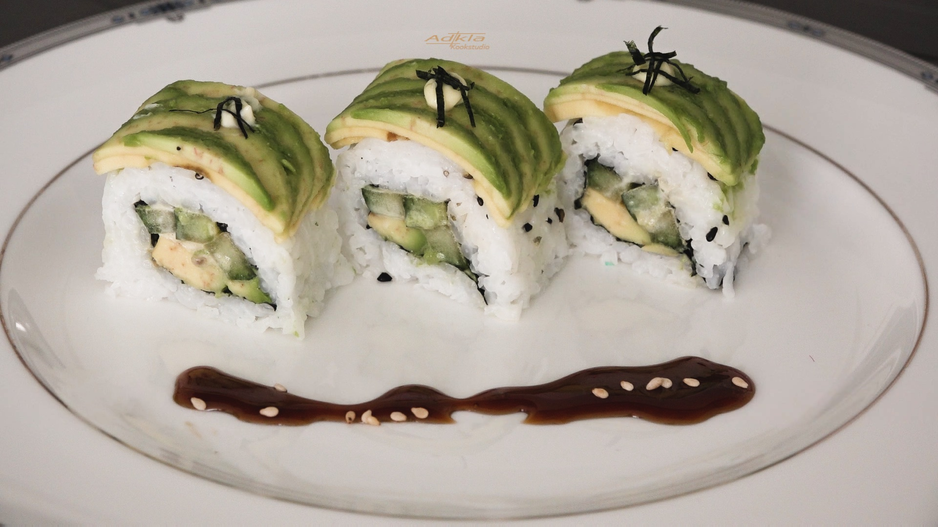 Sushirol met avocado en komkommer (vegetarisch/veganist)