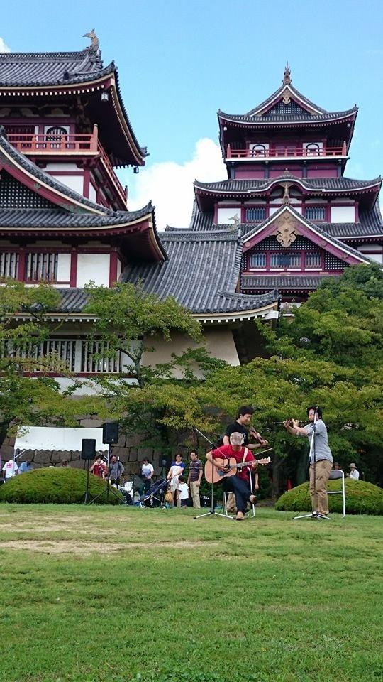バックには高く聳え立つ伏見城!!