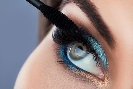 Schminken mit Mascara und Lidschatten bei Wimpernverlängerung