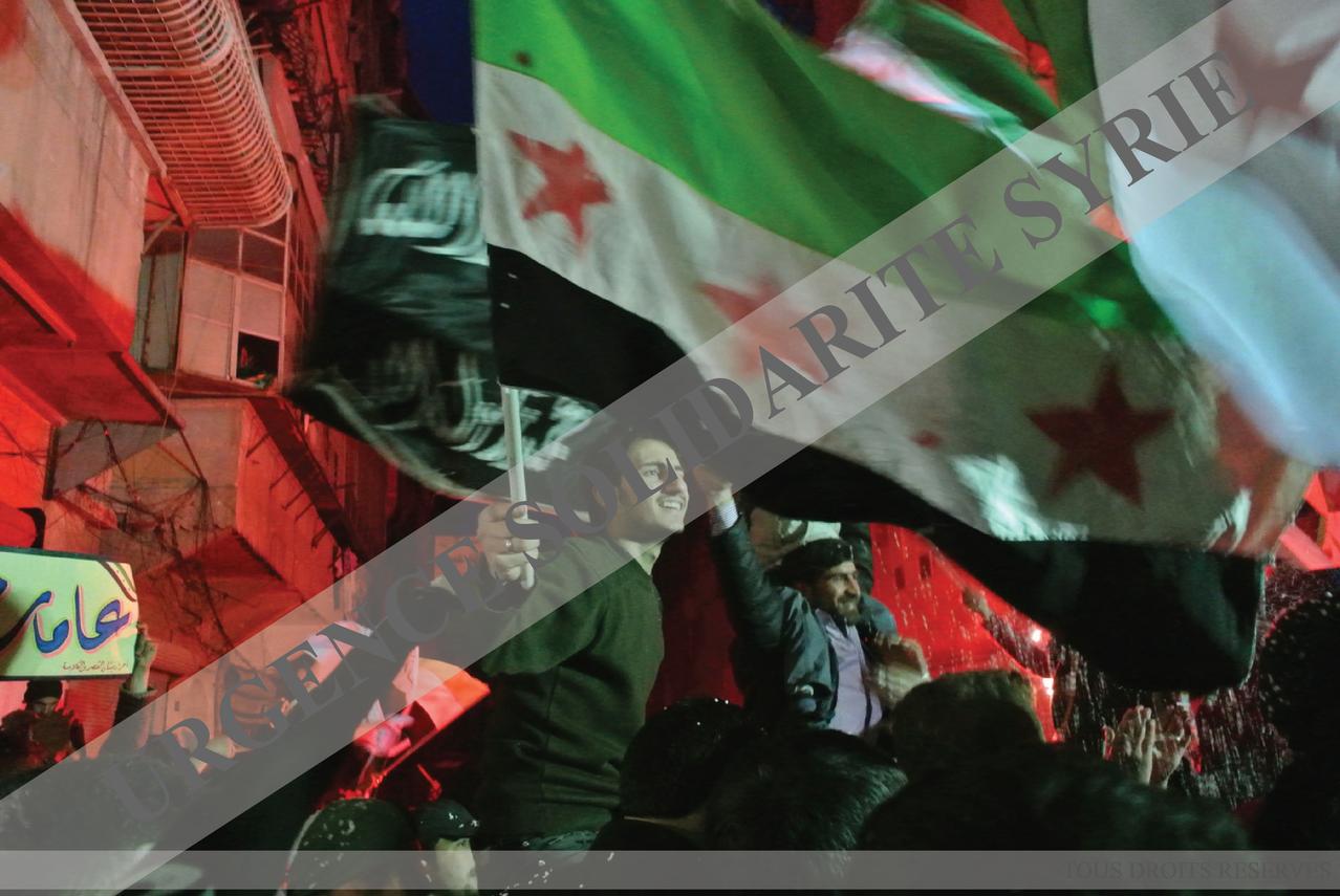 Des jeunes célèbrent le deuxième anniversaire du début de la Révolution, lors d'une manifestation nocturne dans le quartier de Salaheddine, à Alep le 16/03/2103