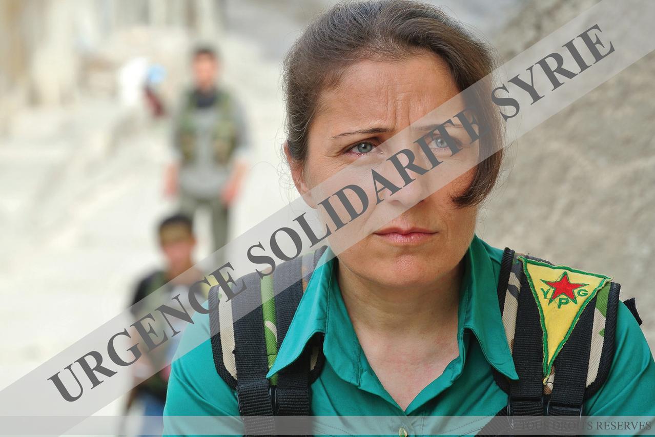 """Une combattante kurde, des """"Unités de Protection Populaire"""", dans le quartier de Sheikh Maqsoud, à Alep le 09/05/2013."""