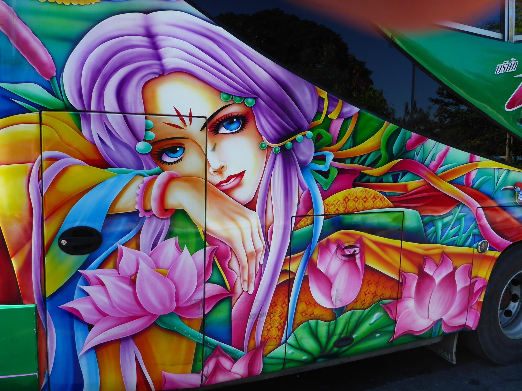 Bus mit Graffitilackierung
