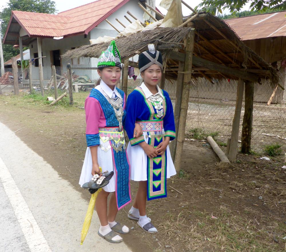 Zwei wunderschöne Laotinnen in traditioneller Tracht