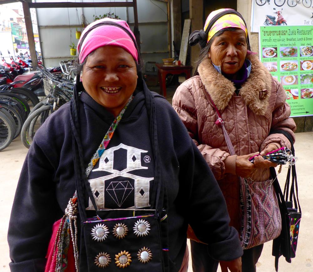 Meine zwei laotischen Souvenirverkäuferinnen in Luang Namtha, denen ich zu Weihnachten jeweils ein gegrilltes Huhn spendiert habe