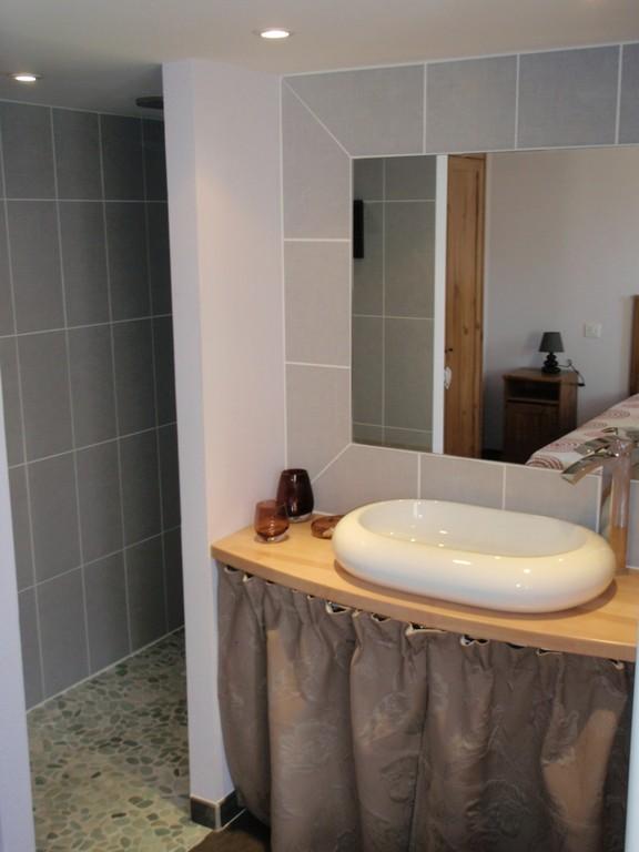 G te de charme 4 en p rigord noir dordogne gite atelier for Salle d eau douche italienne