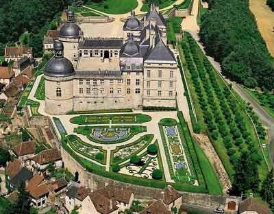 Le château de Hautefort abrite le musée de la médecine