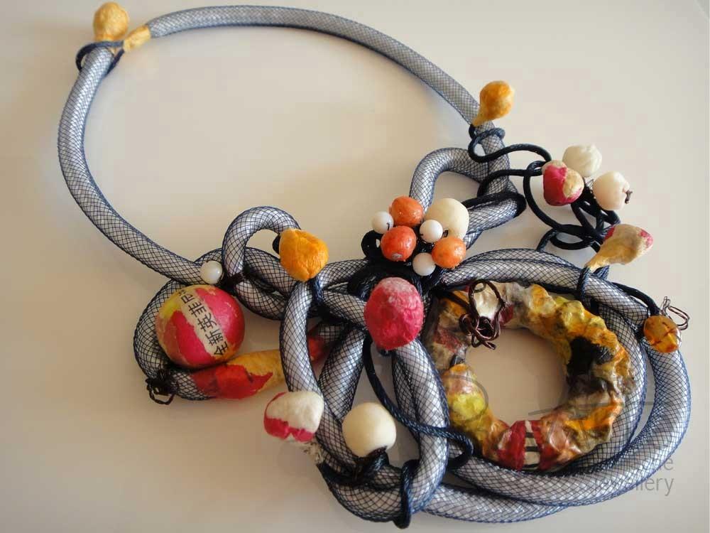 Collana con intreccio di nodi in corda, studiata e realizzata a mano con particolari in Papier Mâché e Cartapesta Giapponese.