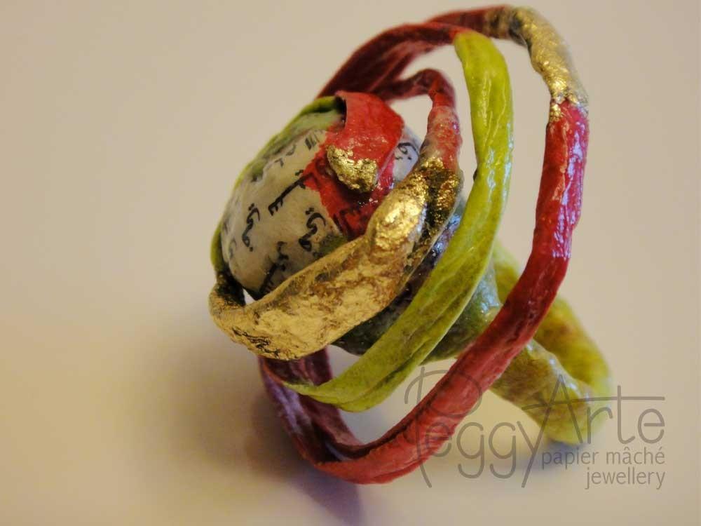 Anello-microscultura da indossare, creato totalmente in Papier Mâché, Cartapesta Giapponese e foglia d'oro, studiato in ogni minimo particolare.