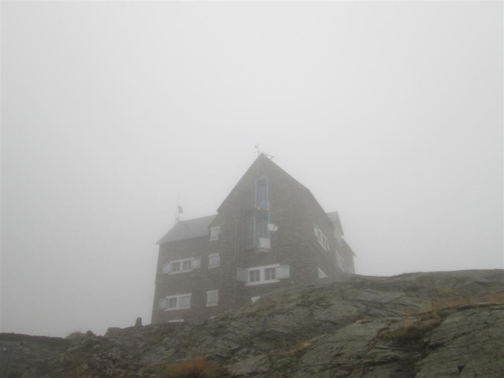 Refuge dans la brume, fermé, mais petit locale invernale bien sympa, Migliorero (2094m)