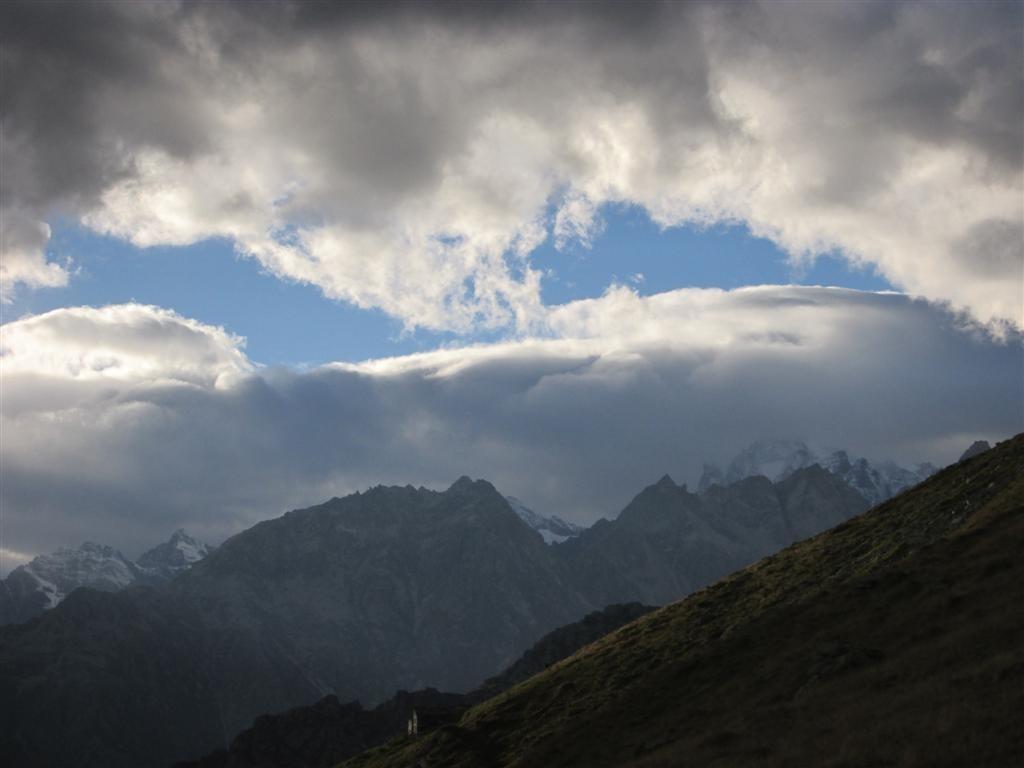 Le soir, les nuages encombrent les sommets