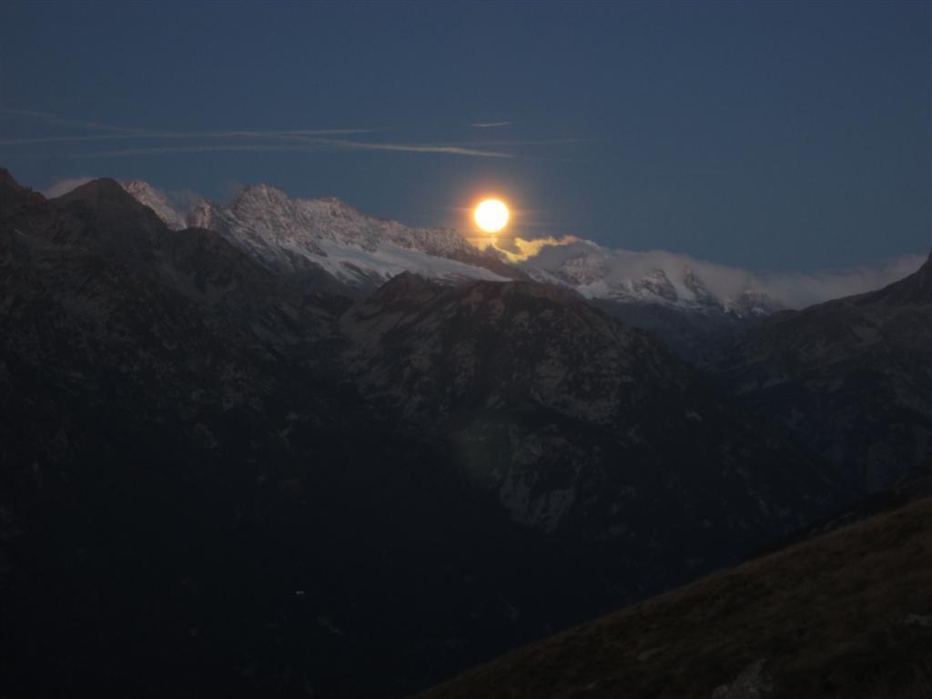 Mais très vite la lune apparait ....