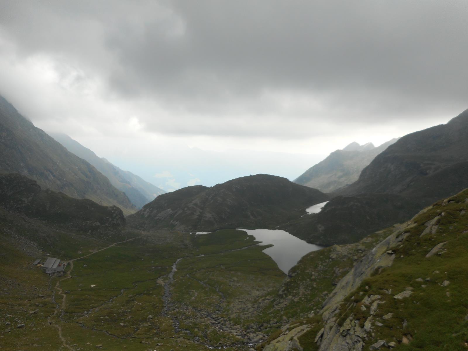 Le temps s'est couvert, début de la longue descente sur Dörf (550m)