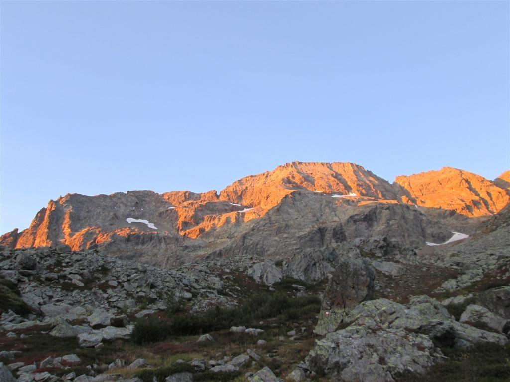 Lever de soleil sur le massif de la Torre d'Overda (3075m)