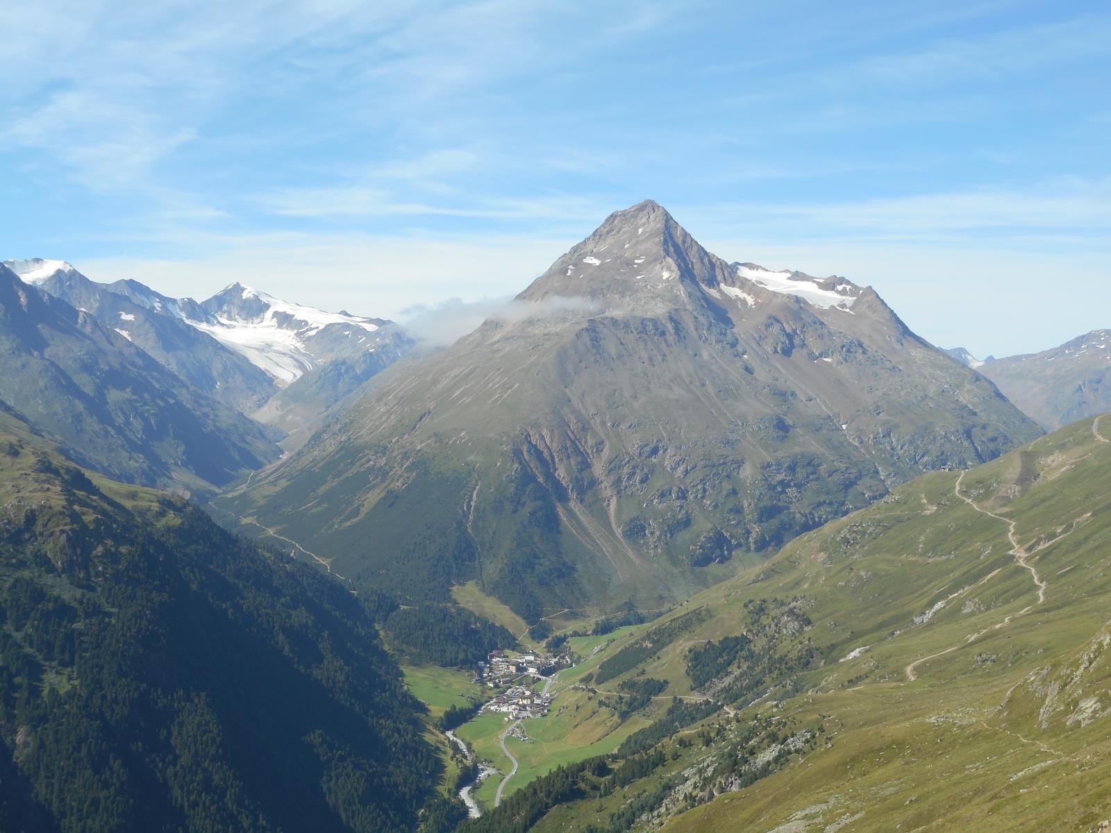 en bas dans la vallée, puis remontée vers le Similaun (à gauche)