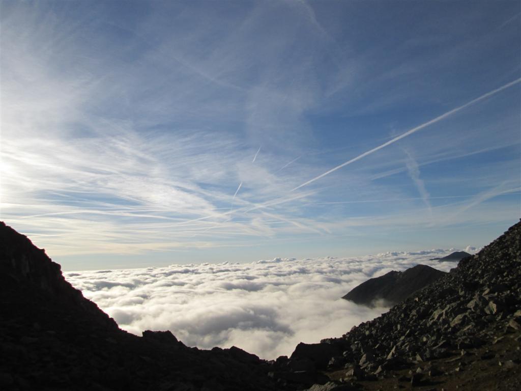 Vue sur le vallon d'Overda. En bas, dans la brume, la vallée d'Usséglio
